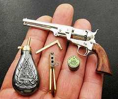 Фальшивые зубы с ядом, пистолет-помада и анальные капсулы для микропленок: в США на аукцион выставлены шпионские гаджеты КГБ